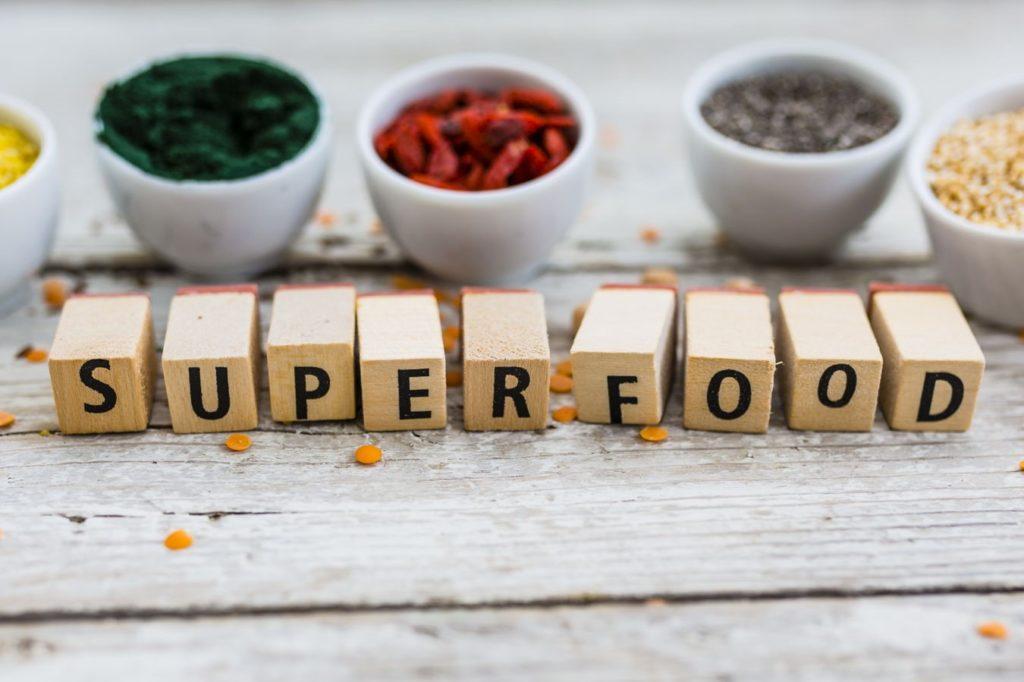 Superfoods in Schüsseln