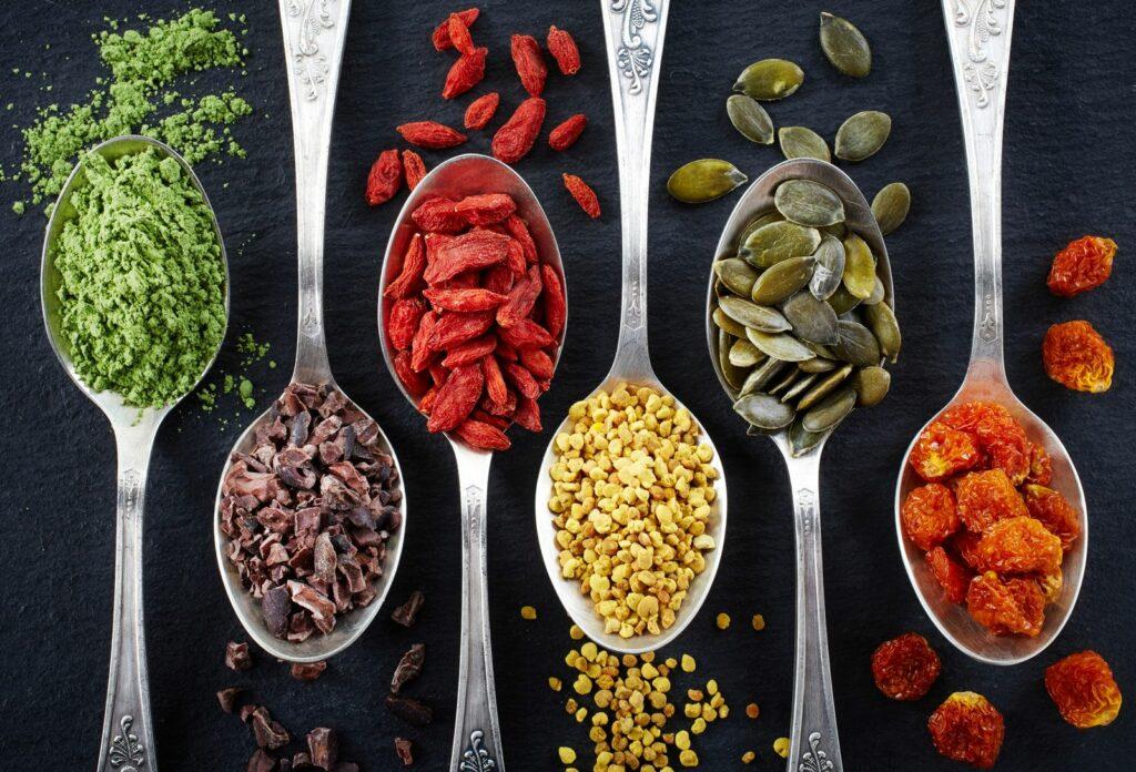 Verschiedene Superfoods auf Löffeln