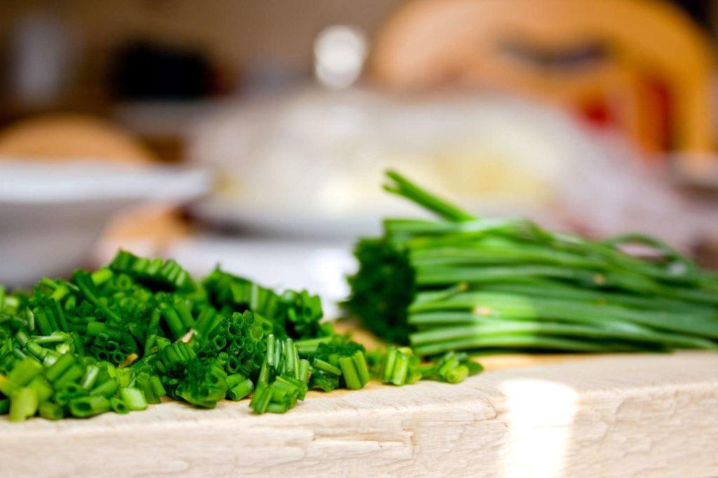Frischer Schnittlauch in der Küche schnittlauch geschnitten Holzbrett
