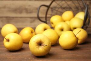 Gelbe Äpfel In Korb Auf Tisch