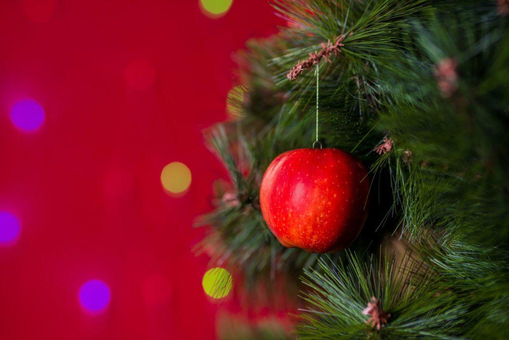 Apfel an Weihnachtsbaum