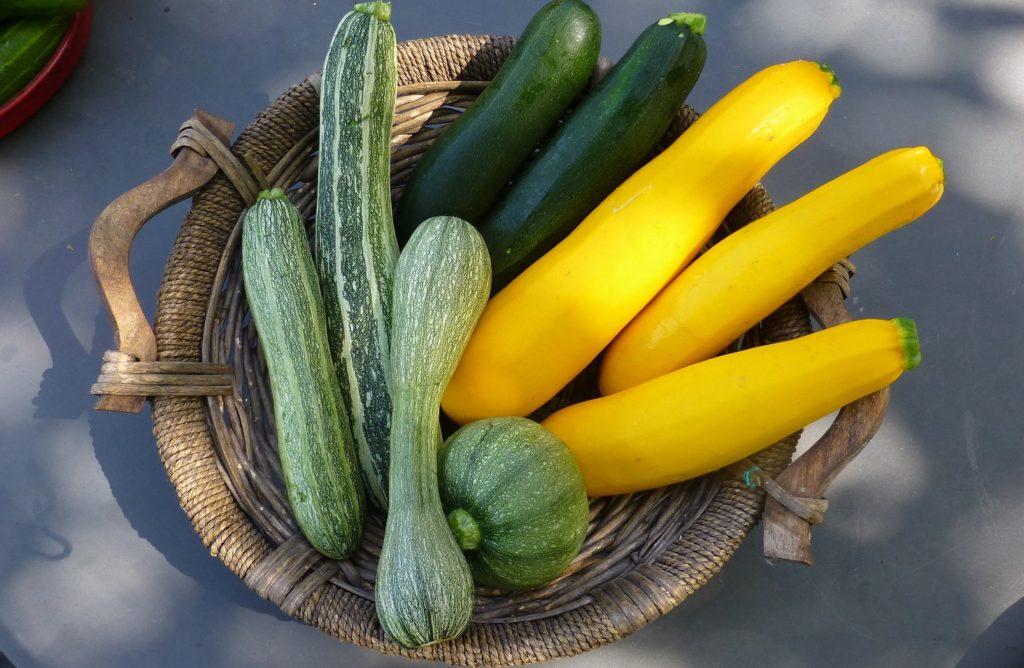 Verschiedene Zucchinisorten in einer Schüssel