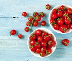 Kirschtomaten Rote Tomaten In Zwei Weißen Schüsseln Auf Blauen Holz