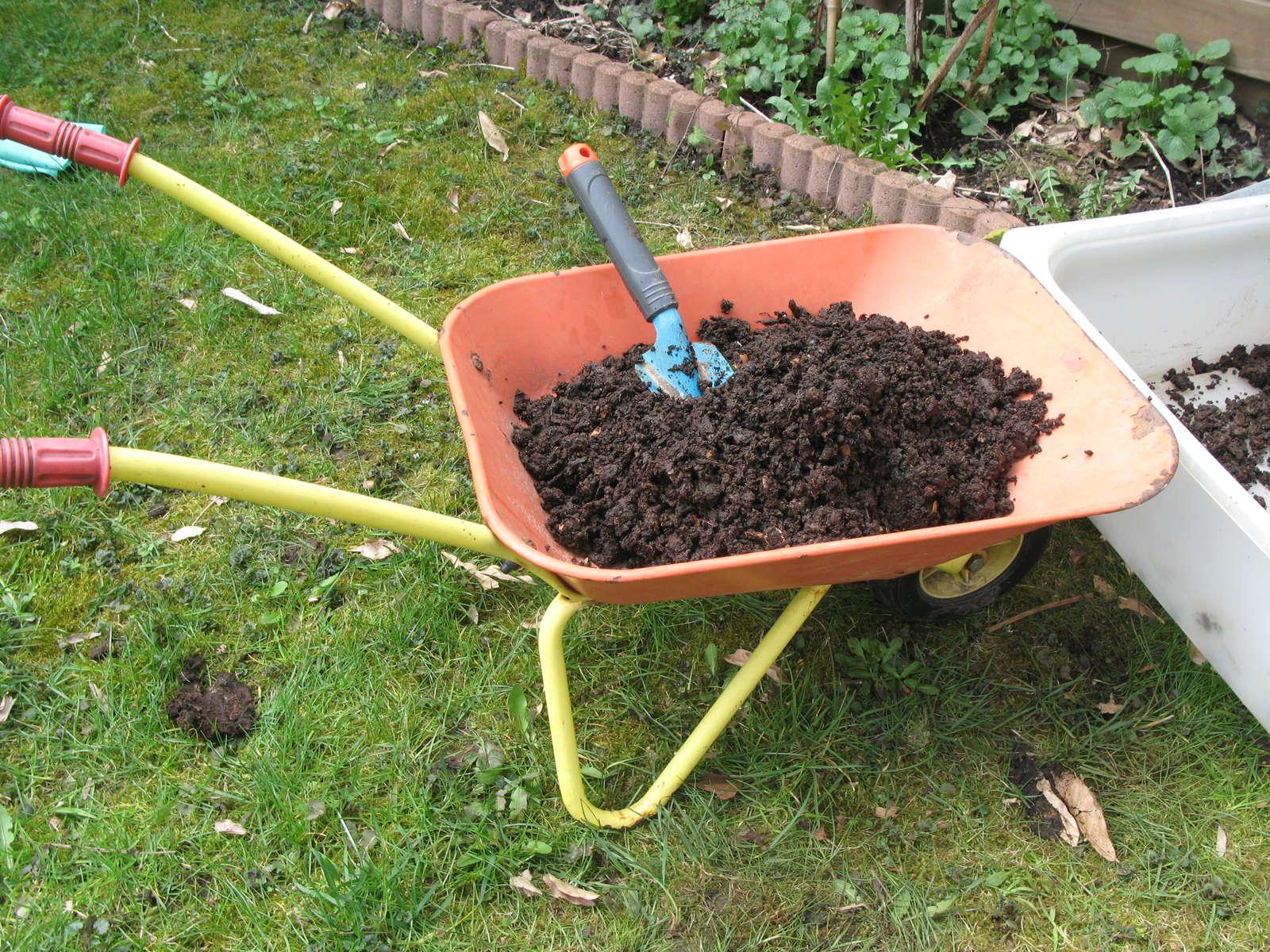 kompost warum jeder g rtner einen eigenen anlegen sollte plantura. Black Bedroom Furniture Sets. Home Design Ideas