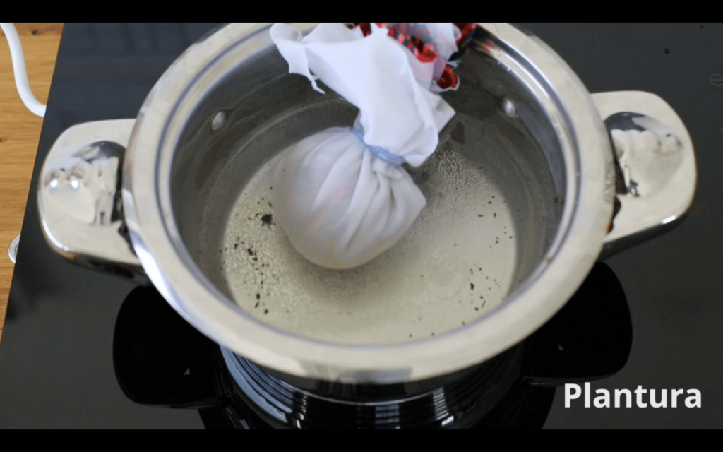 Ei in Topf mit Wasser und Essig