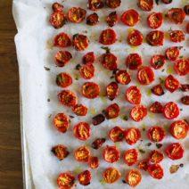 Ofenblech Mit Backpapier Und Getrockneten Tomaten