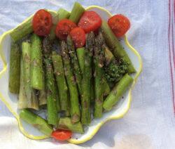 Grüner Spargel Angebraten Mit Tomaten