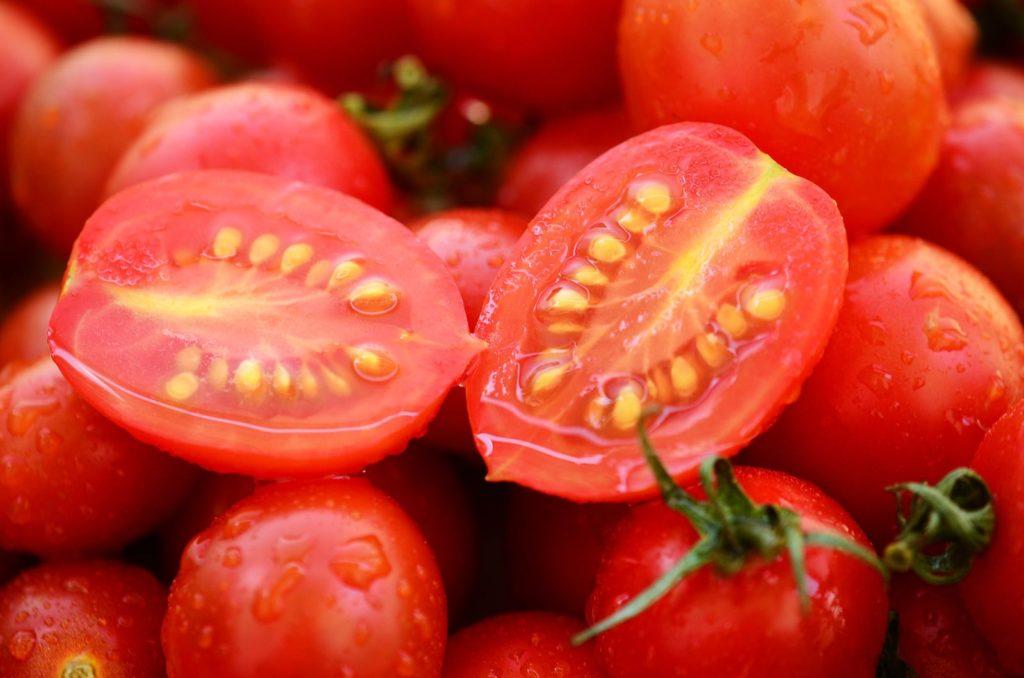 Aufgeschnittene Tomaten mit Samen