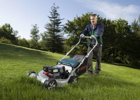 Mann Mit Akku-Rasenmäher