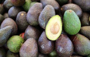 Grüne Und Schwarze Avocados