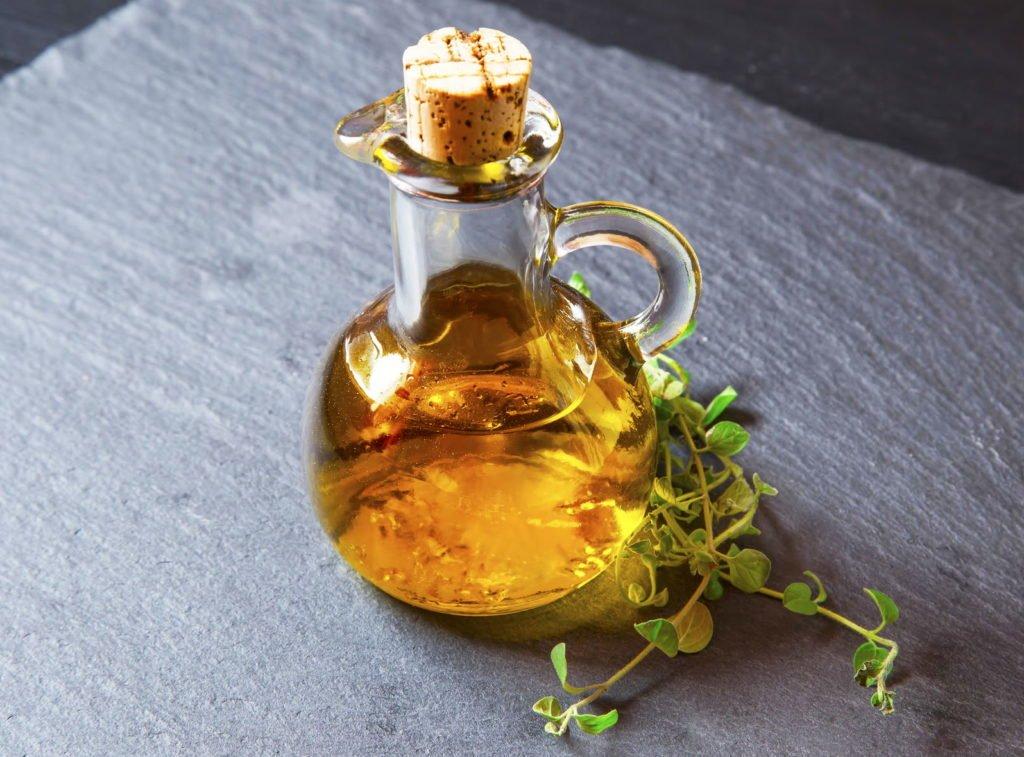 Oregano-Öl in einer kleinen Glaskaraffe