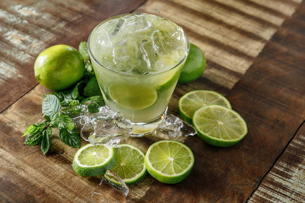 Echte Limette um ein Glas Capirinha