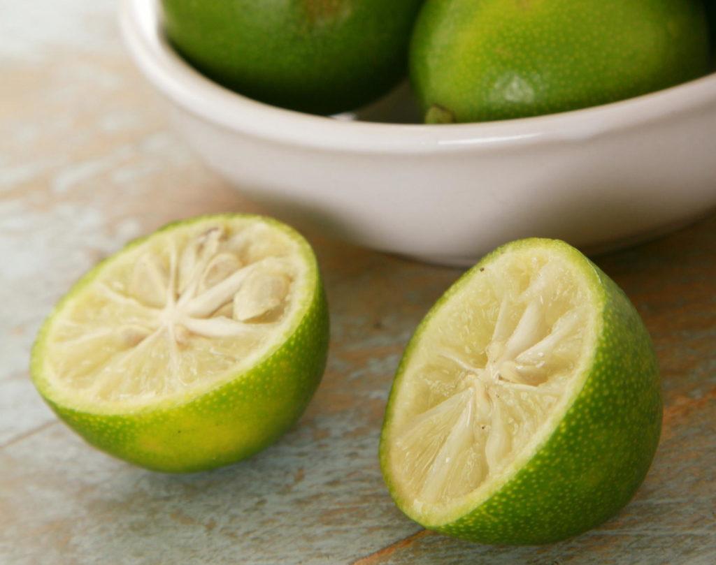 Limequats in einer Schüssel