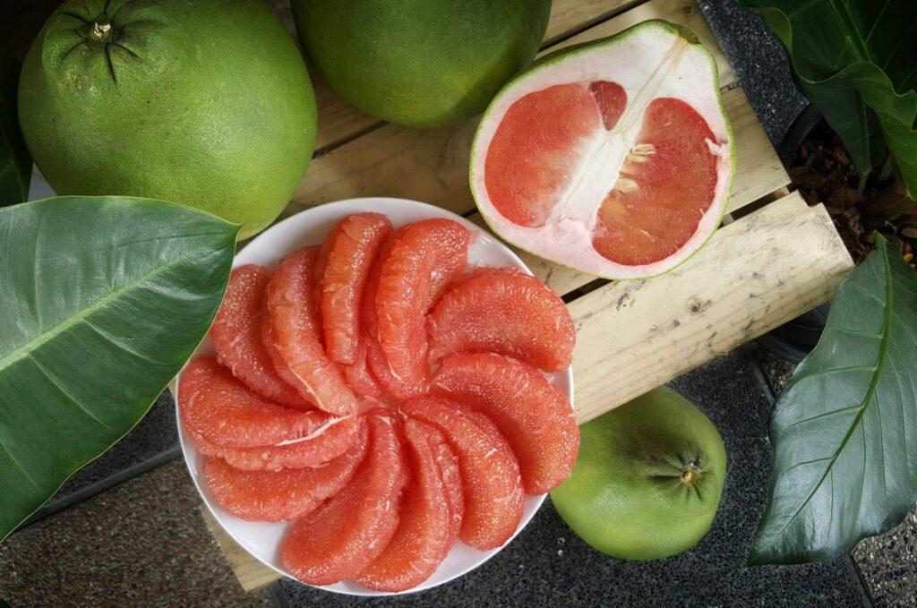 geschälte Pomelo mit rotem Fruchtfleisch