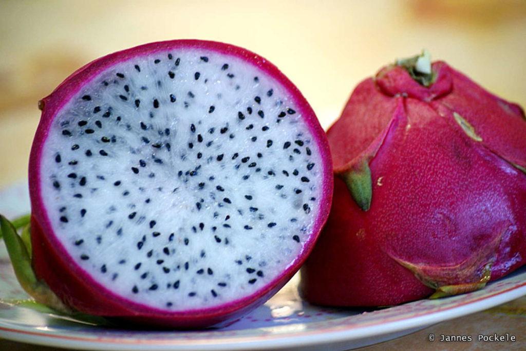 aufgeschnittene Drachenfrucht komsiche FRüchte