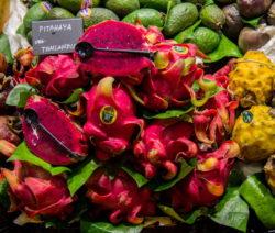 Rote Und Gelbe Drachenfrucht Am Markt