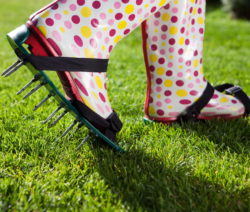 Rasen Lüften Gummistiefel