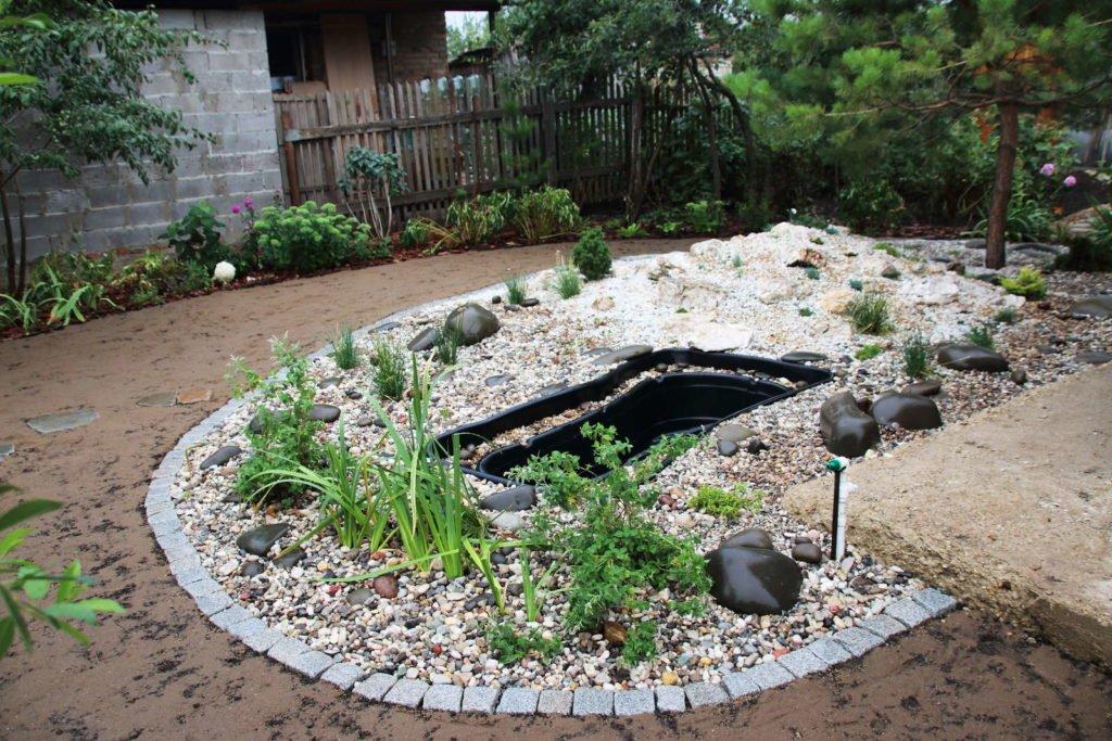 Halb angelegter Gartenteich