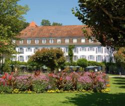 Garten Vor Hotel Mit Blumenbeet Und Rasen