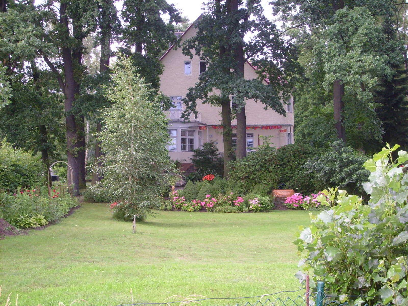 Innenarchitektur Alternative Zu Rasen Sammlung Von Villa Mit Garten Mit Bäumen Und Blumenbeet