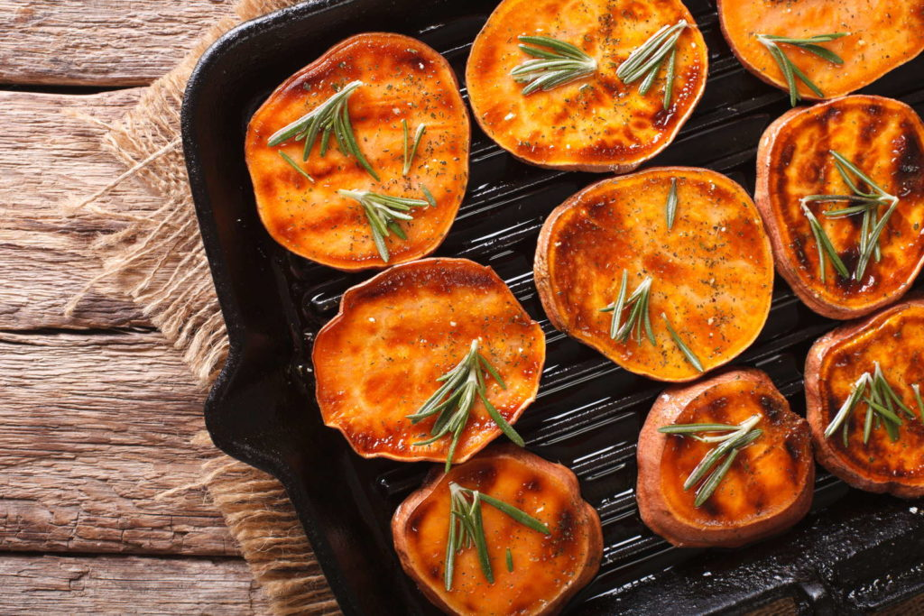 Süßkartoffel-Taler auf einer Grillpfanne