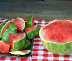 Wassermelonestücke Neben Halber Wassermelone Kernarm