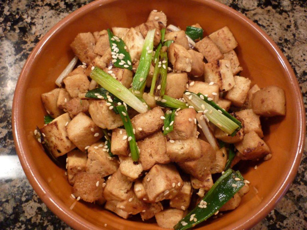 Gebratener Tofu mit Frühlingszwiebeln