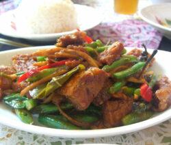 Knusprig Gebratenes Fleisch Mit Rotem Curry, Bohnen Und Galgant