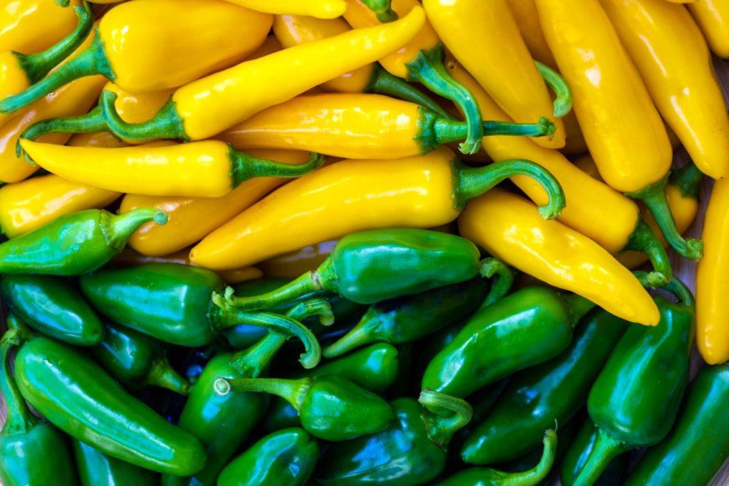 Gelbe und grüne Chilischoten