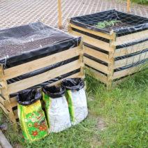 Hochbeete Mit Vogelschutz Im Garten Davor Drei Säcke Erde