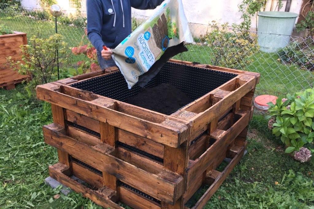 Hochbeet mit Erde befüllen