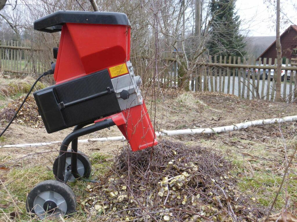 Gartenhäcksler im Garten