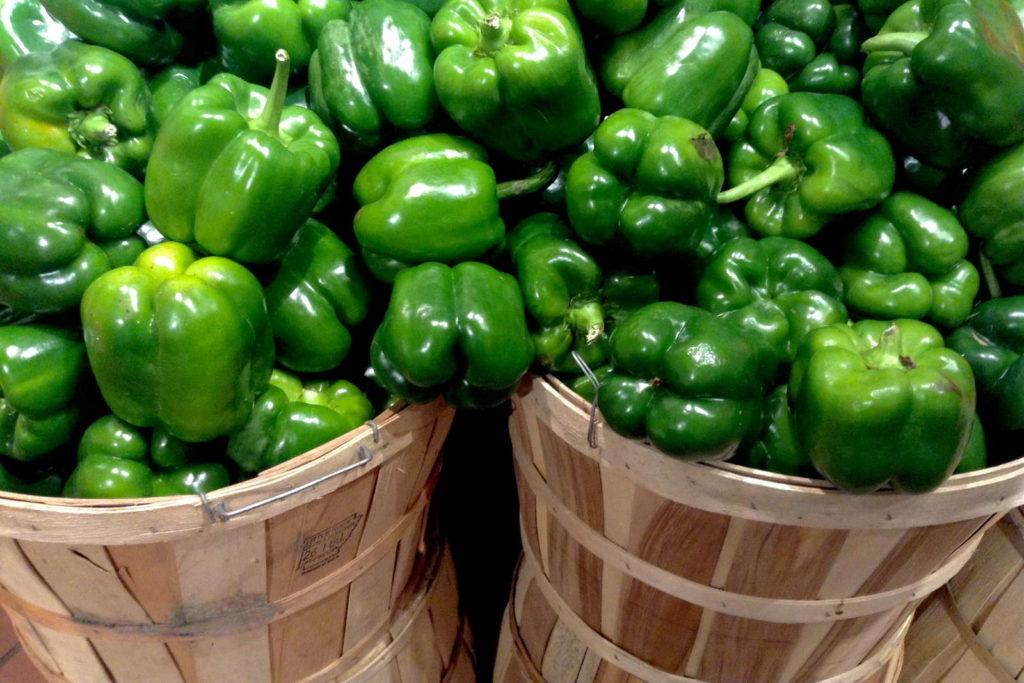 grüne Paprika in Eimern