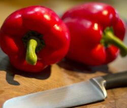 Paprika Schneiden Rote Paprika Auf Holzbrett Mit Messer