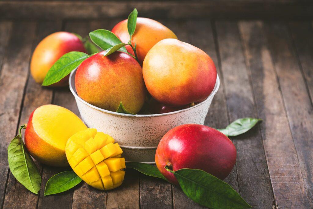 Mango-Früchte in einer Schüssel