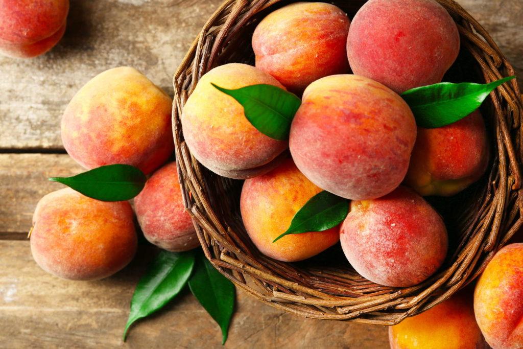 Viele Pfirsiche in Körbchen