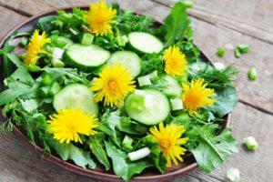Bunter Salatmit Frischem Löwenzahn Und Gurken Auf Holzbrett