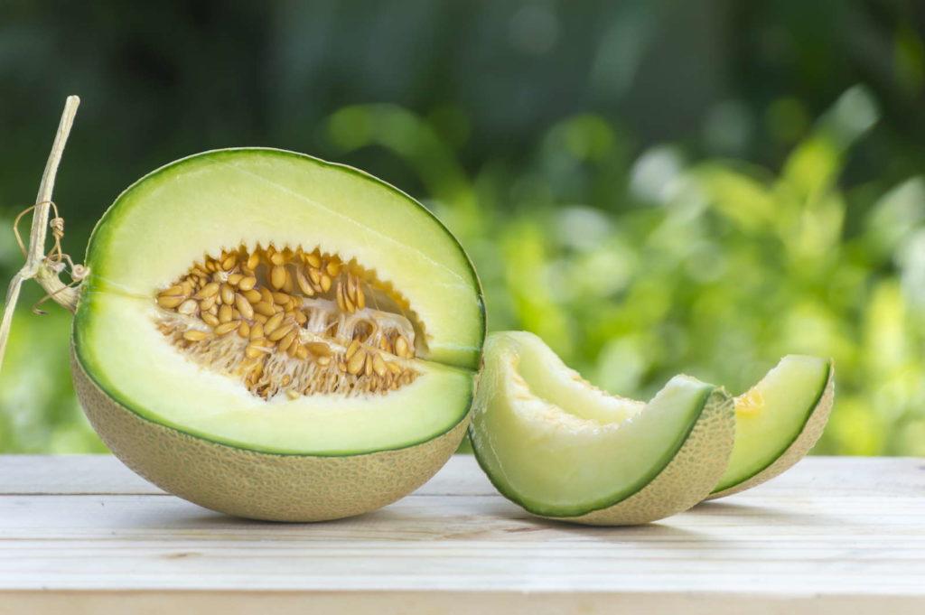 Zuckermelone grün auf einem Holztisch