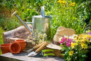 Gartenwerkzeug Gießkanne Schaufel Strohhut Töpfe Blumen Garten