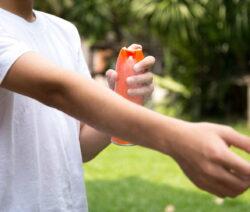 Insektenschutz Auf Arm Sprühen