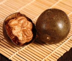 Luo Han Guo Ganz Und Halbiert Auf Bambusmatte