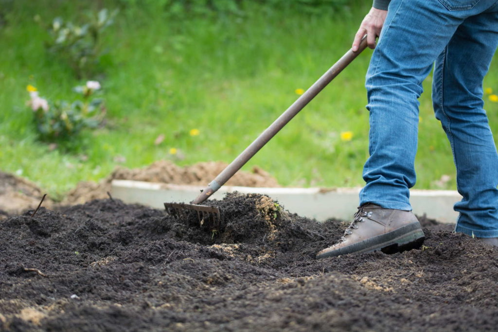 Boden ebnen für Rollrasen