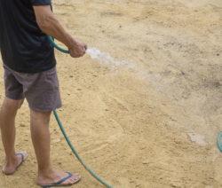 G12-Mann Bewässert Boden