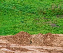 G9-Rasen Mit Sandhaufen
