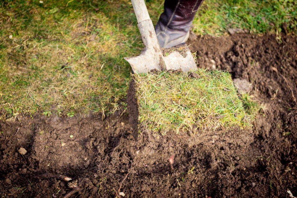 Rasen wird von Spaten abgetragen