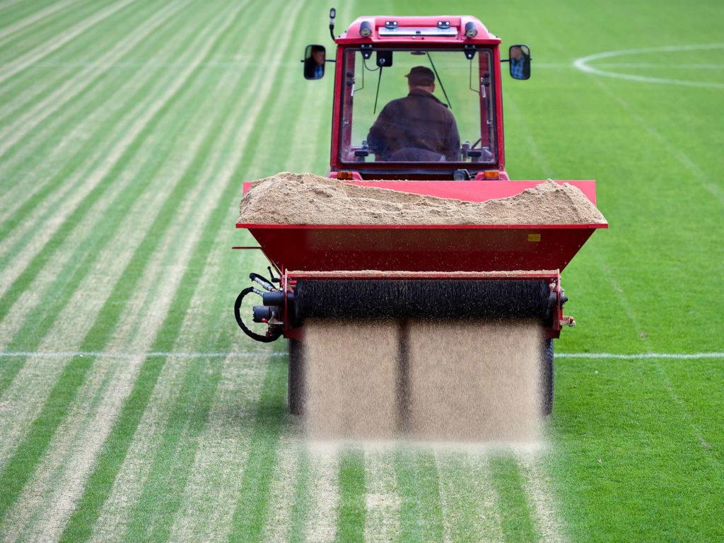 Sandverteiler Fußballfeld Rasen sanden