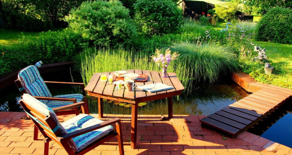 Gartenteich Gartenmöbel Frühstück im Garten
