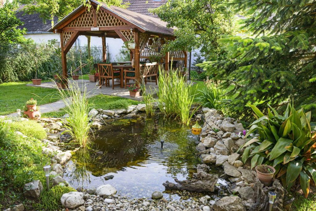 Garten mit Teich Sitzecke überdacht