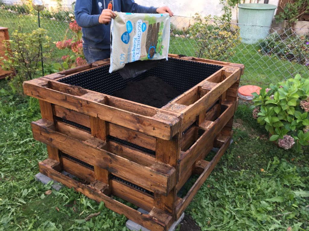 Hochbeet befüllen mit Erde