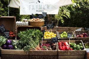 Marktstand Mit Gemüse Und Eiern Salat Kohl Paprika Karotten In Holzkisten